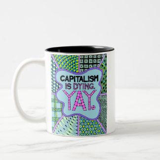 Kapitalismus stirbt. Yay. - Eine CrankyActivist Zweifarbige Tasse