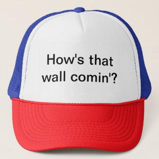 Kappe mit politischem Slogan