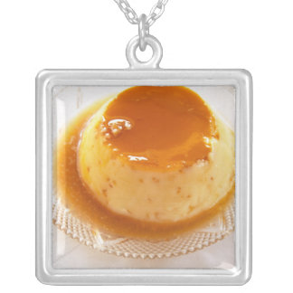 Karamellpuddingart des Puddings mit Karamell Versilberte Kette