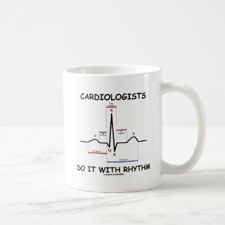 Kardiologen tun es mit Rhythmus (ECG/EKG) Kaffeetasse