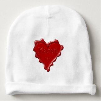 Karen. Rotes Herzwachs-Siegel mit Namenskaren Babymütze
