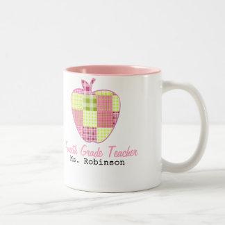 Karierter vierter Grad-Lehrer Apples Zweifarbige Tasse