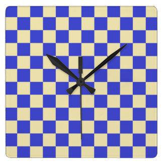 Kariertes Blaues und beige Quadratische Wanduhr