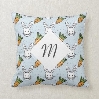 Karotten und Häschen-Muster auf einem blauen Kissen