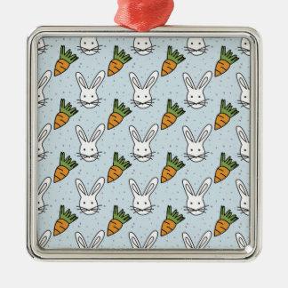 Karotten und Häschen-Muster auf einem blauen Quadratisches Silberfarbenes Ornament