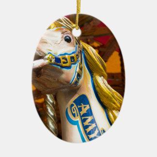 Karussellpferd auf fröhlichem goround ovales keramik ornament