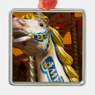 Karussellpferd auf fröhlichem goround quadratisches silberfarbenes ornament