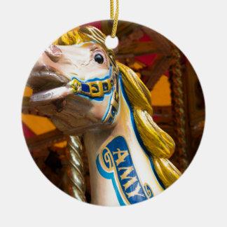 Karussellpferd auf fröhlichem goround rundes keramik ornament