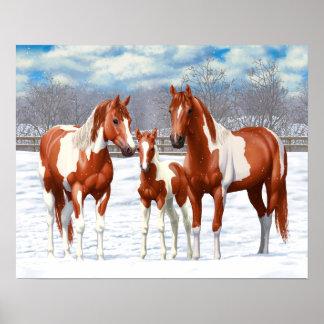 Kastaniepinto-Pferde im Schnee Poster