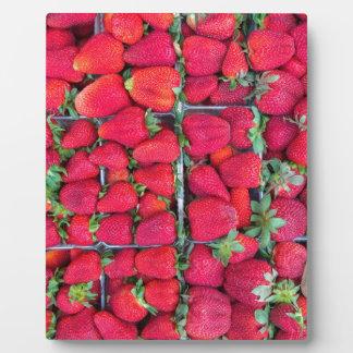 Kästen gefüllt mit roten Erdbeeren Fotoplatte