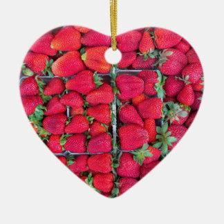 Kästen gefüllt mit roten Erdbeeren Keramik Herz-Ornament