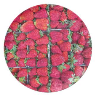 Kästen gefüllt mit roten Erdbeeren Melaminteller
