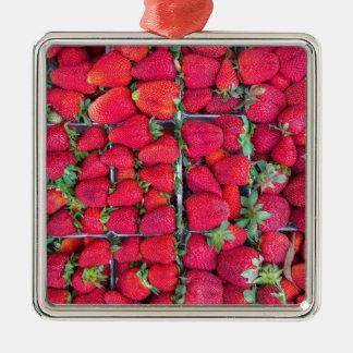 Kästen gefüllt mit roten Erdbeeren Quadratisches Silberfarbenes Ornament