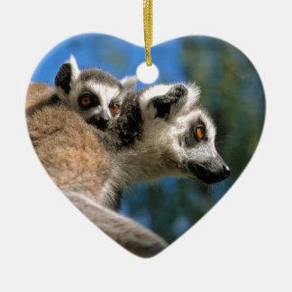 Katta, Halbaffe Katta (Lemur catta) mit Jungem Keramik Herz-Ornament