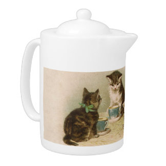 Kätzchen an einer Tee-Party-Teekanne
