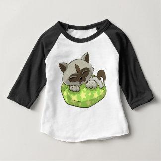 Kätzchen, das auf einem Kissen schläft Baby T-shirt