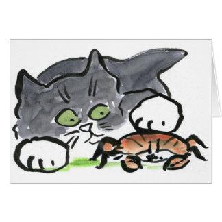 Kätzchen hat eine Krabbe auf dem Strand gefunden Karte