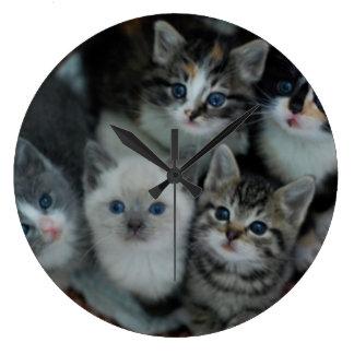 Kätzchen in einem Korb Große Wanduhr