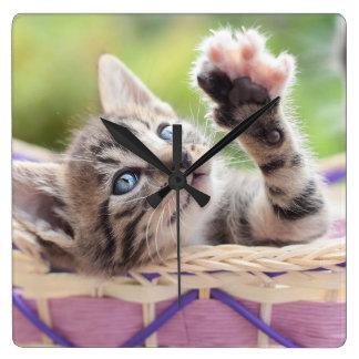 Kätzchen in einem Korb Quadratische Wanduhr
