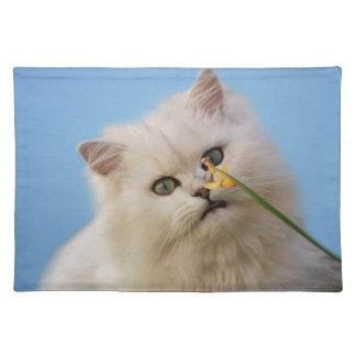 Kätzchen, welches die Narzisse liebt Tischset