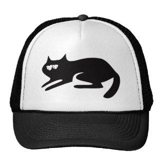 Katze bereit, sich schwarze so müde Augen zu Truckerkappe