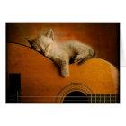 Katze, die auf Gitarre schläft Karte