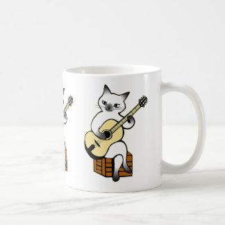 Katze, die Gitarren-Tasse spielt Kaffeetasse