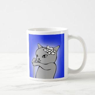 Katze, die in eine Mikrofon-Tasse singt Kaffeetasse