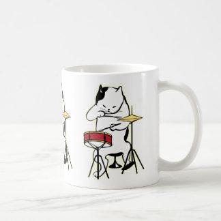 Katze, die Trommel-Tasse spielt Kaffeetasse