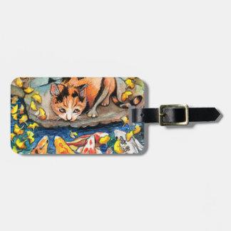 Katze durch Koi Teich Gepäckanhänger