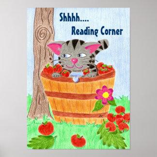 Katze im Apfelkorb, Eckplakat lesend Poster
