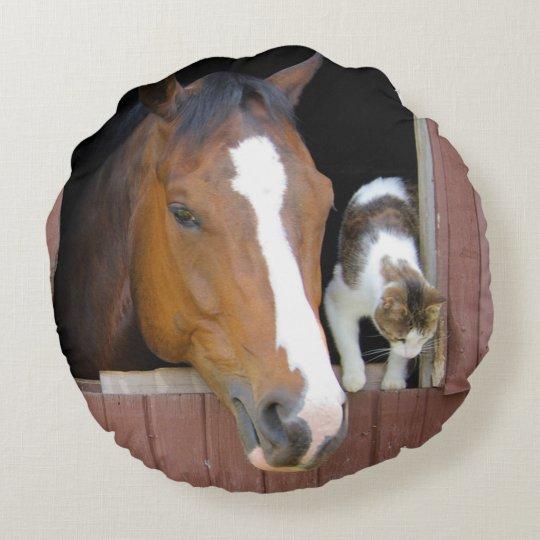 Katze und Pferd - Pferderanch - Pferdeliebhaber Rundes Kissen