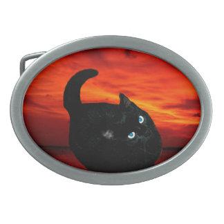 Katze und roter Himmel Ovale Gürtelschnalle