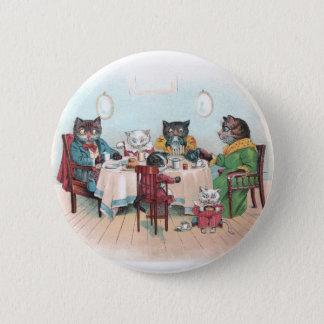 Katzen-Familie sitzt sich hin, um zu frühstücken Runder Button 5,7 Cm