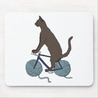 Katzen-Reitfahrrad mit Garn-Ball-Rädern Mousepad