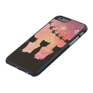 Katzen schaut zum Himmel zu Weihnachtsmann Carved® iPhone 6 Hülle Ahorn