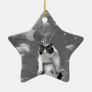 Katzenfliegen mit Ballonen: sternförmige Keramik Ornament