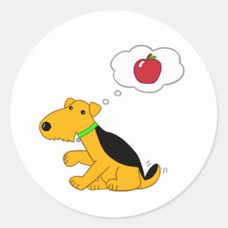 Kawaii Airedale Terrier Hund, der an Apple denkt Runder Aufkleber