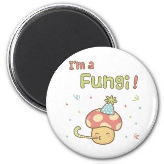 Kawaii bin ich ein Pilz-Party-Pilz-Wortspiel-Spaß Runder Magnet 5,7 Cm