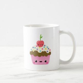 Kawaii kleiner Kuchen mit Kirsche auf die Kaffeetasse