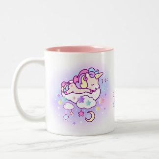 Kawaii Pastellunicorn mit niedlichen Wolken hat Zweifarbige Tasse