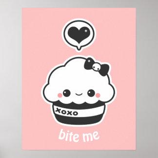 Kawaii umarmt und küsst kleinen Kuchen Poster