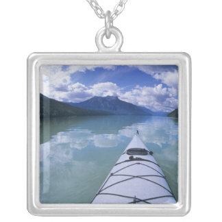 Kayaking am Endenende von azurblauem See in den Versilberte Kette