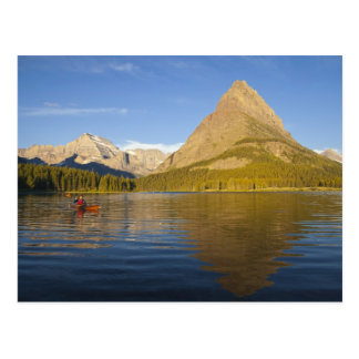 Kayaking im Swiftcurrent See am Sonnenaufgang in Postkarte