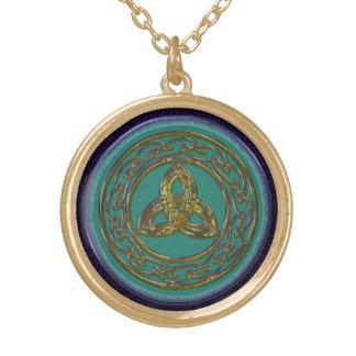 Keltischer Dreiheits-Knoten im antiken Messing auf Amulett
