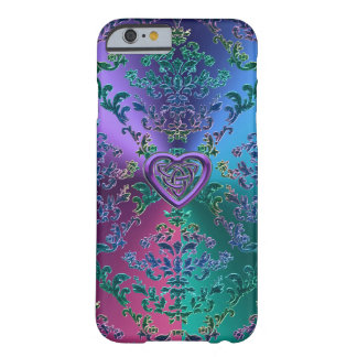 Keltischer Herz-Knoten auf buntem metallischem Barely There iPhone 6 Hülle