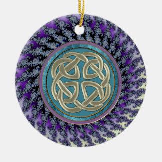 Keltischer Platin-Knoten auf PastellFraktal Keramik Ornament