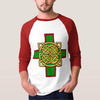 Keltisches Kreuz mit verwickeltem T-Shirt