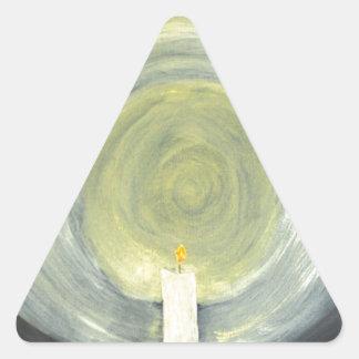 Kerze, die herauf die Nacht beleuchtet Dreieckiger Aufkleber