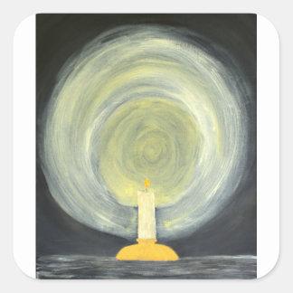 Kerze, die herauf die Nacht beleuchtet Quadratischer Aufkleber